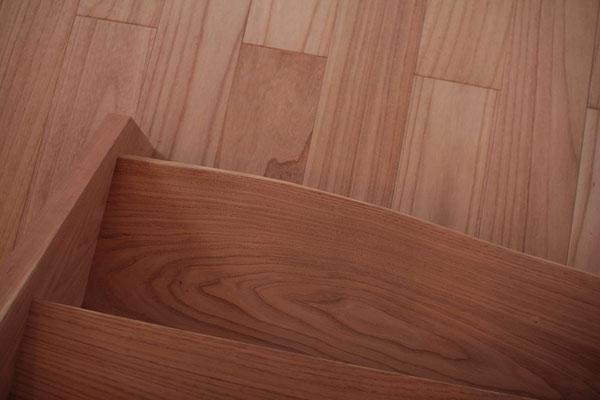 ゆるやかにカーブする階段の一段目