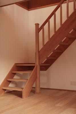 栗と桜の無垢材でつくった階段