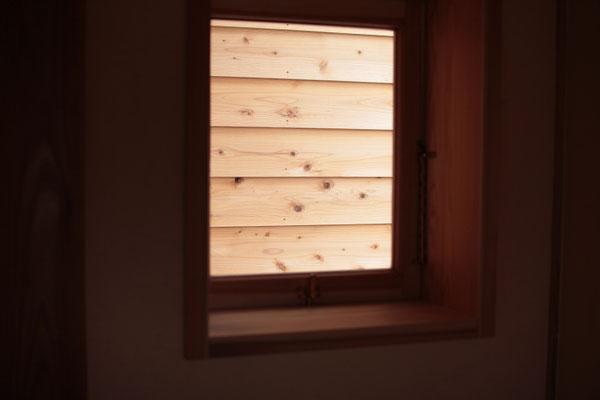 木製建具から見える杉の外壁