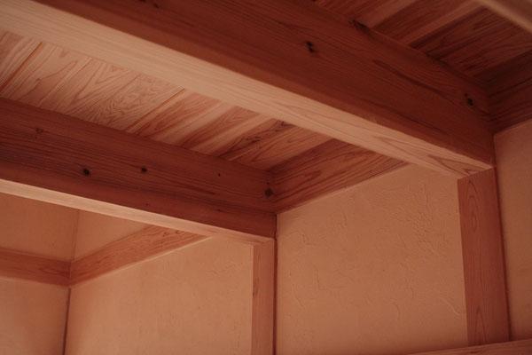 ロフト部分の天井は杉材