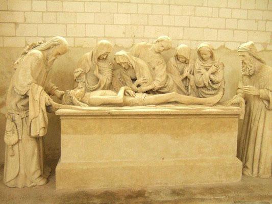 Mise au tombeau, école troyenne de sculpture, 1530 Tous les personnages sont penchés, en particulier les femmes. La scène dégage ainsi une grande émotion. Jean (au centre) porte une toge romaine et des cheveux bouclés : l'artiste s'est déjà inspiré de la