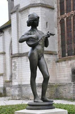 «Le Chanteur florentin» de Paul Dubois (1865) dans le jardin devant la tour. Tirage en bronze d'après un plâtre du musée des Beaux-Arts de Troyes