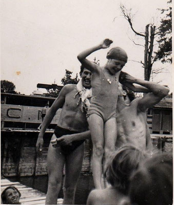 """"""" 1943, bains des Charmilles, Claire portée en triomphe après avoir gagné le 50 m nage libre """"."""