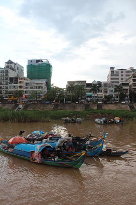 Fischerboote, aber vielleicht wohnen sie auch darauf... ©Kira