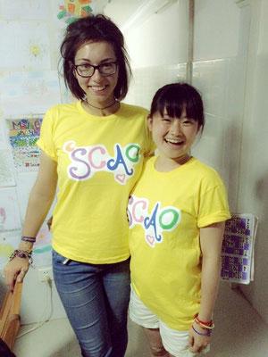 Masami und Inka mit coolen Shirts. Yellow!
