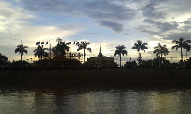 Riverside, im Hintergrund der Royal Palace ©Inka