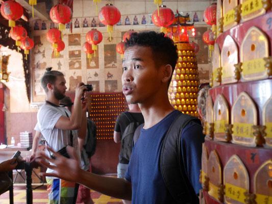 Unser Guide (in diesem Bild in einem chinesichen Tempel, im Hintergrund Touri-Jako) ©Gwen