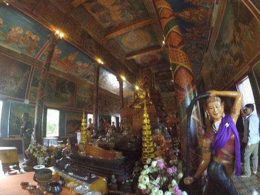 Ein Tempel von innen. Alles voll mit irgendwelchen Statuen undso