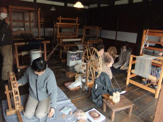 糸車や紡錘車による糸紡ぎ