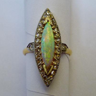 Ring mit Opal, Diamantrosen, Gelbgold & Platin