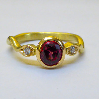 Ring mit Spinell & Brillianten, Gelbgold 750