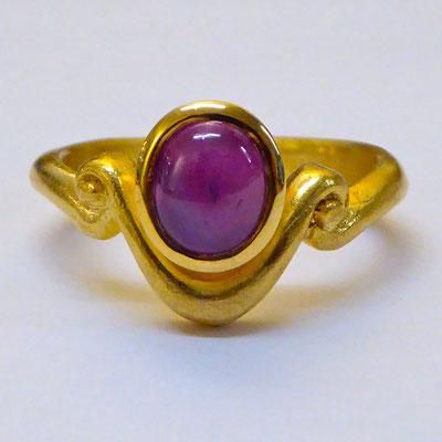 Ring mit Sternrubin, Gelbgold 750