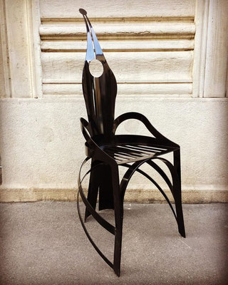 Scultura a forma di sedia dell'artista Marco Garatti