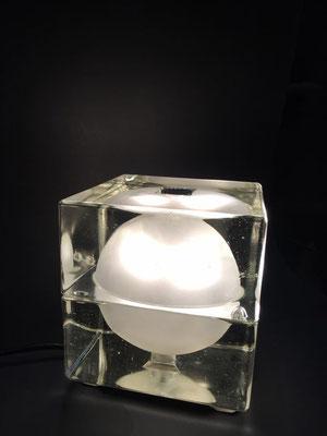 Lampada da tavolo Cubosfera di Alessandro Mendini per Fidenza Vetraria 1969.