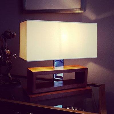 Lampada da tavolo in noce con inserto in metallo