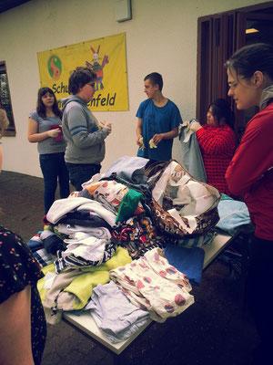 Sortieren der gesammelten Spenden in der Schule
