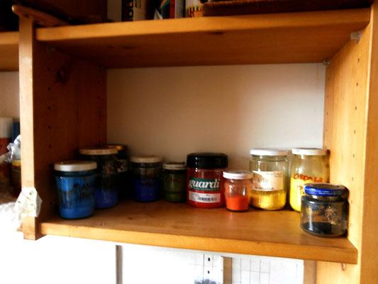 Pigmente (v.l. Mangan, Kobalt, Fe-Zyanid, Ultramarin, CrO-Grün, Azoscharlach, Bleiantimoniat, Bleichromat, Oxidschwarz)