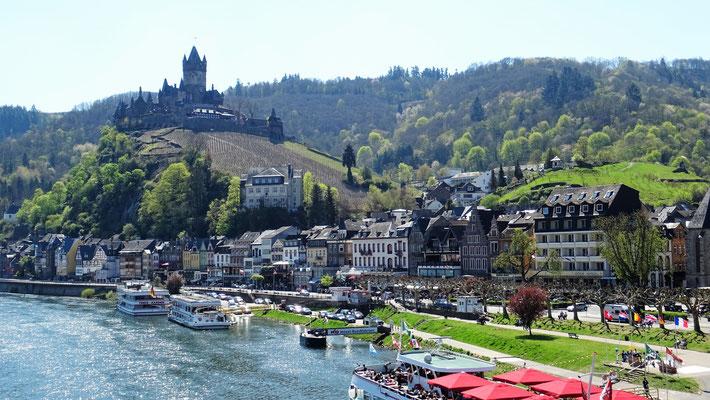 Auch über die Mosel wachen viele Burgen, hier die Reichsburg in Cochem.