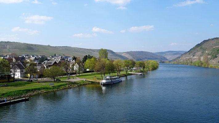 Der Fluss und die Orte konkurrieren um den Platz zwischen den Weinbergen.