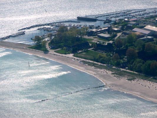 Südstrand von Großenbrode mit Seebrücke, Mole & Marina von der Seeseite