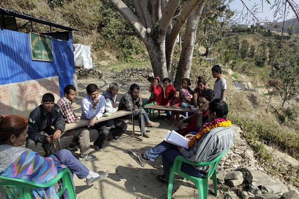 Yogi Kayastha erklärt der Dorfgemeinschaft unser Vorhaben inkl. Wochen-Essplan und Budget