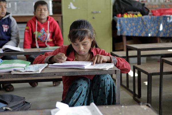 Viele Kinder werden oft zu Hause als Arbeitskraft gebraucht und besuchen die Schule nicht regelmässig