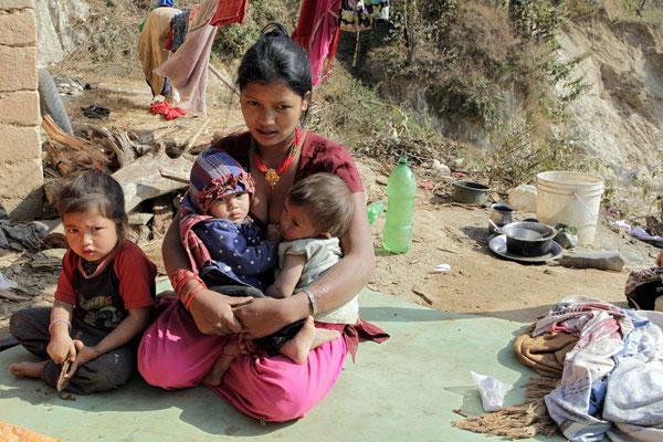Diese Frau ist Witwe mit 3 kleinen Kindern, der Mann hat Selbstmord begangen