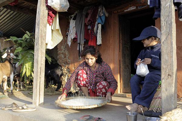 Die Mutter am Reinigen von Reis