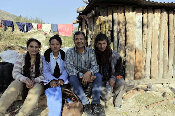 Die 2 Lehrer der Schule, Principal Miss, Mr. Luitel, die Hilfslehrerin Kalpana Miss und Yogi Kayastha (3. von links)