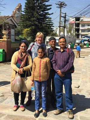 Die beiden Lehrer, Yogi Kayastha, eine Tochter des Lehrers und ich