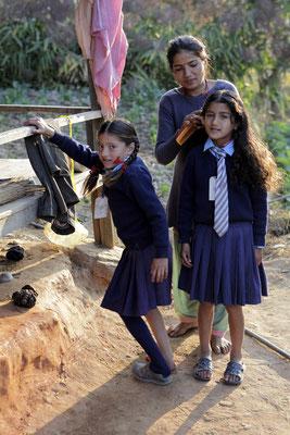 Die Töchter des Lehrers gehen im Tal in die Schule. Uniform ist Pflicht, die Schule eine Stunde Fussweg entfernt, zum Mittagessen gibt es meist Popcorn aus Mangel an Geld
