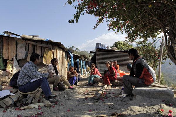 Yogi Kayastha in Besprechung mit einer Familie vor deren Haus