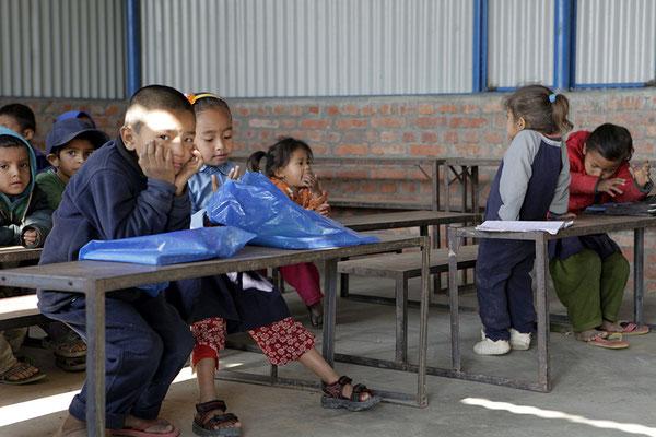 Kinder im Unterricht, Klasse mit den kleinen SchülerInnen