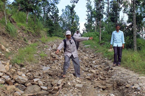 Die Strasse zum Dorf nach dem Monsun