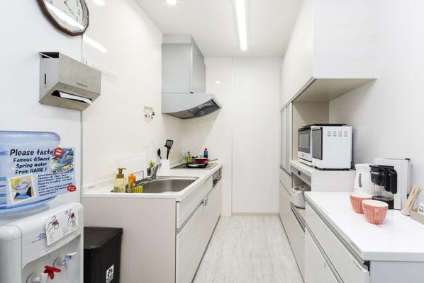 共用キッチンで夜食や朝食もお客様のペースで。