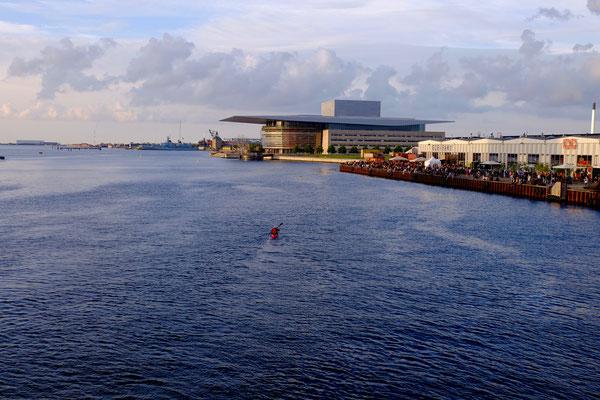 Dänemark, Kopenhagen, Kayak vor der Oper und dem Street Food Court