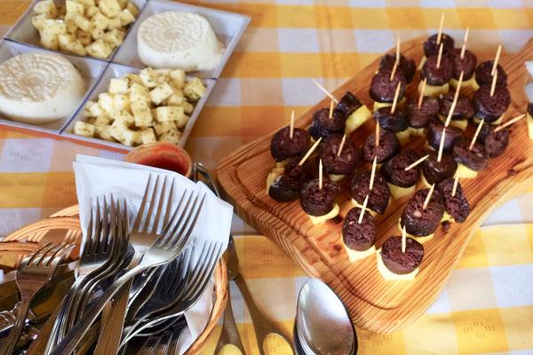 Beliebte Vorspeise auf Sao Miguel, Azoren: Blutwurst mit Ananas