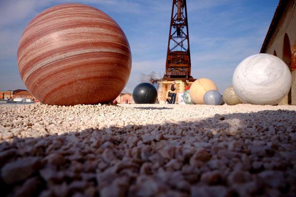Marmorkugeln auf dem Gelände des Arsenale