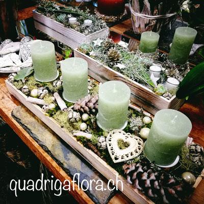 Langer Adventskranz auf Holz mit Kerzen und Herz in Naturtönen Blumengeschäft Quadriga Flora Meggen Luzern.