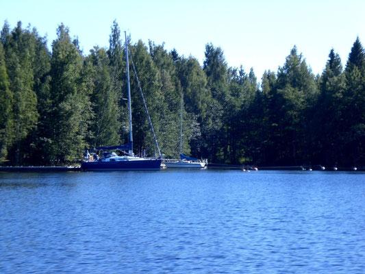 Am Ufer des Päijänne See gibt es immer wieder kleine Buchten.  Ankern ist auch für größere Segelboote dort möglich.