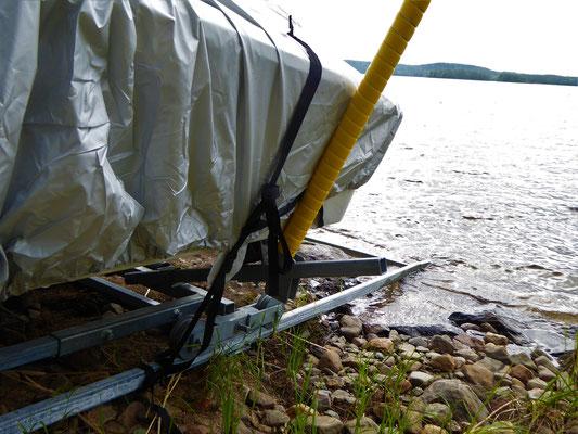 Einfache und praktische Clips zur Befestigung der Persenning.  Abdeckung mit Clips entfernen.  Persenning im Lagerraum verstauen und los gehts zu Ihren Aktivitäten auf dem See.