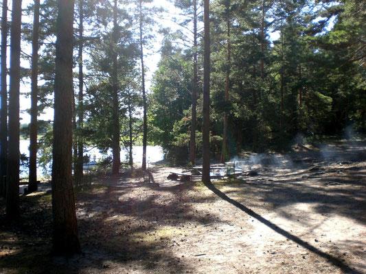 Blick auf einen Grillplatz nahe dem Sandstrand. Zum Teil sind sogar WC-Anlagen an einzelnen Stränden bzw. Feuerstellen und kleinen Zeltplätzen eingerichtet.