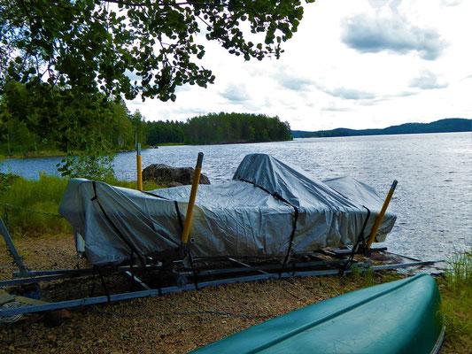 Die praktische, neue Bootsrampe mit großer Seilwinde und Schienen, die weit in den See reichen.