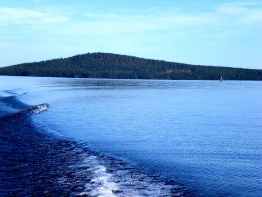 """Blicken Sie nach Ihrer Abfahrt zurück auf die Insel Päijätsalo mit Ihrem Blockhaus sowie dem """"Berg"""" mit Aussichtsturm inkl. 360 Grad Panorama Seeblick unweit Ihres Mökkis. Sie fahren durch glasklares Trinkwasser und sind überwiegend alleine am See."""