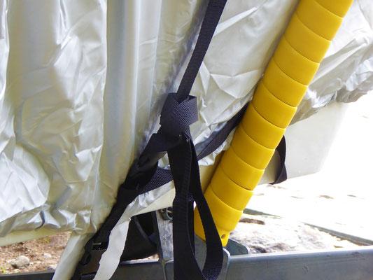 Sicheres Clip-System, wie an Ihrem Rucksack. Der untere Teil der Clips bleibt auf den Laufschienen.