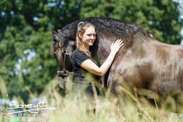 Wenn die Pferde gut ausgebildet sind und ihren Menschen vertrauen, können wir selbst an so einem Tag leicht ihre Aufmerksamkeit gewinnnen :) Hier: Marie mit Teade