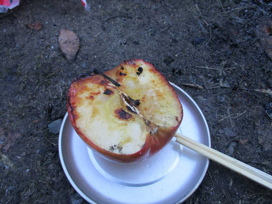 焼きリンゴ出来上がり! 実はアルミホイルを忘れたのですが、直火で試してみたら上出来でした