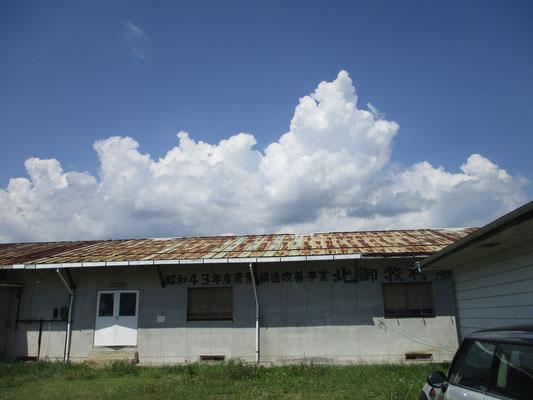 冬美さんの工房に隣接する旧北御牧村の倉庫 夏雲が空に湧く