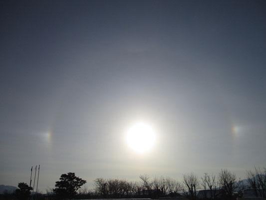 朝、北のアルプ美術館に行く途中 見上げると太陽に虹の輪がかかっていた