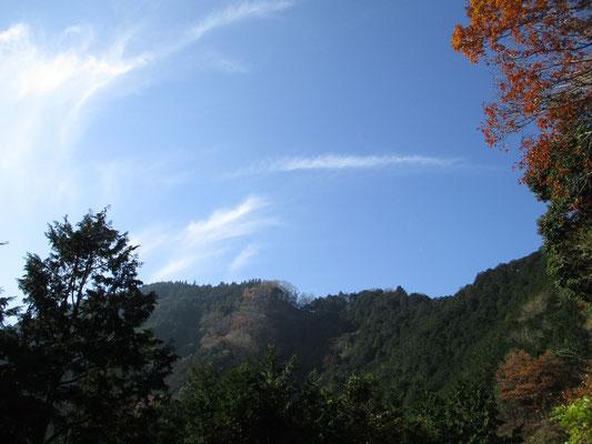 空が青く気持ちがいい 日当たりのいい場所で早めのお弁当 そしてスケッチタイム